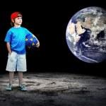 Kind Fußball Spieler und Grunge-Ball auf dem dunklen Hintergrund — Stockfoto