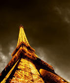 PARIS - JUNE 22 : Illuminated Eiffel tower at night sky June 22, — ストック写真