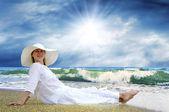 молодые красивые женщины в белом на пляже — Стоковое фото