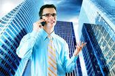 Hapiness affärsman står på business bakgrunden — Stockfoto