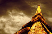 PARIS - JUNE 22 : Illuminated Eiffel tower at night sky June 22, — Stock fotografie