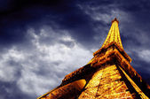 PARIS - JUNE 22 : Illuminated Eiffel tower at night sky June 22, — Foto de Stock