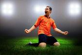 Jugador de fútbol felicidad después del gol en el campo del ingenio de estadio — Foto de Stock
