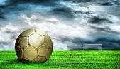 緑の草と上空の背景にサッカー ボール — ストック写真