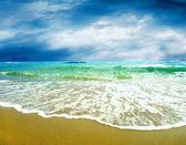 Jeunes belles femmes sur la plage tropicale ensoleillée en bikini — Photo