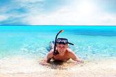 Felice giovane con snorkeling su una spiaggia di mare — Foto Stock