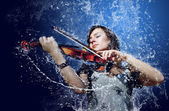 在水之下的音乐家演奏小提琴 — 图库照片