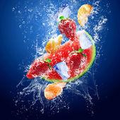Kapky kolem ovoce pod vodou — Stock fotografie