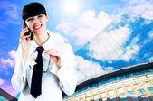 Hapiness affärskvinna stående på business bakgrunden — Stockfoto