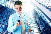 Бизнесмен счастья стоя на бизнес фон — Стоковое фото