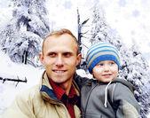 屋外笑みを浮かべている幸せな家族の肖像画。冬 — ストック写真