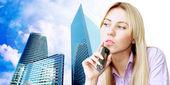 štěstí podnikatelka volání telefonicky na obchodním architektu — Stock fotografie