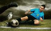 Fotbollspelare på fältet — Stockfoto