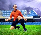 快乐足球运动员后场的体育场和目标 — 图库照片