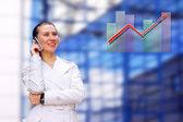 Gelukkig zakenvrouw op de zakelijke het platform achtergrond — Stockfoto