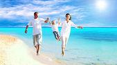 Ansicht der glückliche junge familie, die spaß am strand — Stockfoto