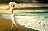 молодые красивые женщины в белом на солнечный тропический пляж — Стоковое фото
