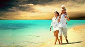 Vista da família jovem feliz se divertindo na praia — Foto Stock