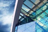 Obchodní budovy architektura na pozadí oblohy — Stock fotografie