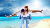 Piękna para na słonecznej plaży tropikalnej — Zdjęcie stockowe