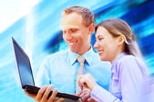 Withlaptop de businessmans de felicidade em blur arquitetura de negócios — Foto Stock