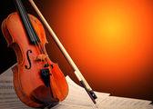 музыкальный инструмент - скрипка и примечания — Стоковое фото