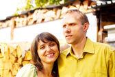 若い魅力的なカップルを一緒に屋外笑顔幸せ — ストック写真