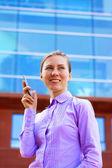 Feliz empresaria en el fondo de arquitectura empresarial — Foto de Stock
