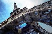 La tour eiffel est un des monuments plus reconnaissables dans th — Photo