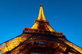 PARIS - JUNE 23 : Illuminated Eiffel tower at night sky June 23, 2010 in Pa — Foto de Stock