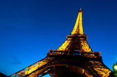 PARIS - JUNE 23 : Illuminated Eiffel tower at night sky June 23, 2010 in Pa — Stock Photo