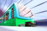 Treno sulla velocità nella stazione ferroviaria — Foto Stock