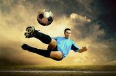 Skjuta av fotbollsspelare på fältet utomhus — Stockfoto