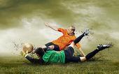 Schießen des fußballspielers auf dem freien feld — Stockfoto