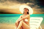 Jonge mooie vrouwen op het zonnige tropisch strand in witte bikin — Stockfoto