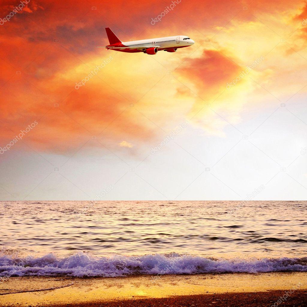 日出天空与飞机上美丽的海自然景观