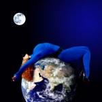 vrouw in blauwe slapen op de planeet in de ruimte — Stockfoto