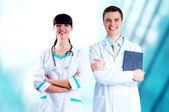 Doctor en medicina sonriente con estetoscopio en los hospitales centrico — Foto de Stock
