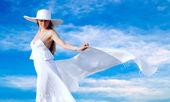 Unga vackra kvinnor i vitt med sarong på blå himmel ba — Stockfoto