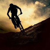 силуэт человека на muontain велосипед, закат — Стоковое фото