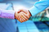 Apertar a mão de dois negócios — Foto Stock