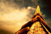 PARIS - JUNE 22 : Illuminated Eiffel tower at night sky June 22, — 图库照片