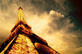 PARIS - JUNE 22 : Illuminated Eiffel tower at night sky June 22, — Foto Stock