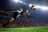 Joueur de football sur le terrain du stade — Photo