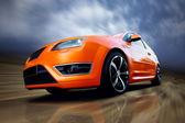Carro esporte laranja bonita na estrada — Foto Stock