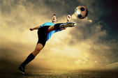 Shoot du joueur de football sur le terrain en plein air — Photo