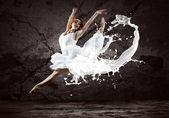 Sprong van ballerina met jurk van melk — Stockfoto
