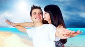 красивая пара на солнечном тропическом пляже — Стоковое фото