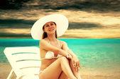 Jóvenes mujeres hermosas en la soleada playa tropical en bikin blanco — Foto de Stock