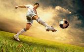 Giocatore di gioco del calcio di felicità sul campo dello stadio olimpico su alba — Foto Stock